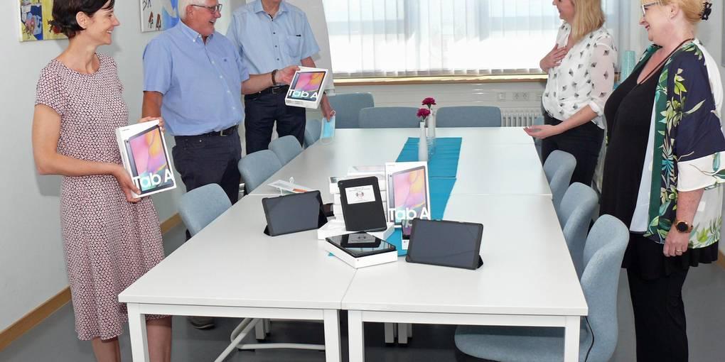 Stefanie Engert (private Spenderin), Hans-Jürgen Brems und Peter Tschirch (Bürgerstiftung) übergeben die Tablets an Theresa Palz (IT-Beauftragte der Erich-Kästner-Schule) sowie Schulleiterin Stephanie Dekker (von links). (Foto: Manfred Ofer)